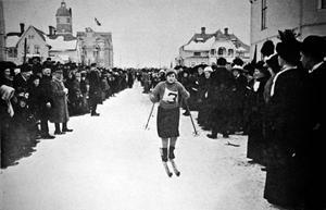 En av deltagarna i damernas tävling på väg Biblioteksgatan mot målet vid rådhuset.