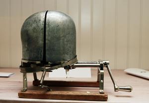 Utställningen i Bergby bygdegård berättar också om hur man tillverkade hattar, med bland annat den här apparaten.