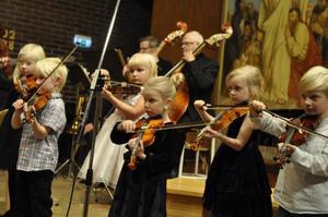 Kulturskolans yngsta stråkelever samlas i ensemblen Mikroberna.