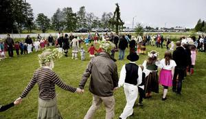 Små grodorna var en given hit på gräsmattan utanför Rödöns bygdegård, dit flera hundra personer sökt sig för att fira årets midsommarafton.