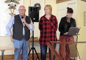 Sussie Berger och Cecilia Dresch från Avesta kommun hälsas välkommen till PRO Folkärna Krylbos möte av dess ordförande Leif Karlsson.