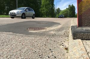 Bilister har framfört klagomål till kommunen om svackorna vid vägbrunnarna.