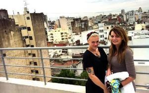 Anna med Emma Pettersson på hotellet med utsikt över de mindre fina delarna av Buenos Aires.