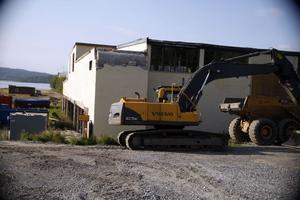 När det förorenade ytlagret av torkhuset är borta ska hela huset rivas.
