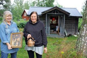 Monica Runesdotter och Kerstin Elg bjuder in till hemma-hos-loppis i Voxna på söndag. Bortåt ett 20-tal loppisar håller öppet samtidigt.