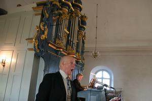 Kantor Rolf Lundgren sjunger framför den nyrenoverade orgeln i Hammars kyrka. Organist är Jörgen Martinsson, Kumla.