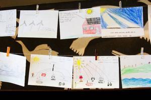 """Vinterfestivalens Projekt kramsnö har samlat in teckningar på temat """"Bakom kontakten"""" där barn har fått fundera kring energifrågor. Det blev många konstverk föreställandes vind- och vattenkraft. Några av dem ställdes ut i teaterfoajén under helgen."""
