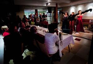Initiativtagarna och arrangörerna bakom 70-årskalaset, Bengt Åhrén, Rolf Fjellström och Bengt Tjärnberg, hade satt ihop ett gediget program med utställning över gamla Östersund, middagsbuffé och underhållning. Kvällens överraskningsshow stod Las Divas för.