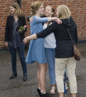 Maja Klinga var känslosam när hon kramade lärare och kompisar adjö på skolgården. Hon tyckte att det kändes extra vemodigt att veta att skolan inte får vara kvar.