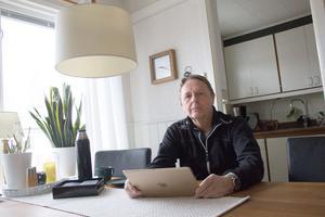 Jan Grelsson bor i Brunnbäck och har sin nätuppkoppling via kopparkabel idag. Han tycker att han behöver fiber för att kunna jobba effektivt hemifrån.
