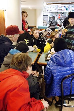 Ett gäng killar från Kunskapsakademin på Alnö brukar åka in till McDonalds i stan någon gång i veckan. De tycker att det är tråkigt och dåligt att stället stänger.