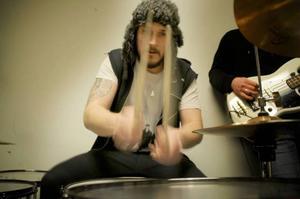 Tidigare spelade Staffan trummor i rockbandet John Duva från Åre. Han ville inte fortsätta pendla till Stockholm där de är baserade, utan nu är det Gretzky som gäller.