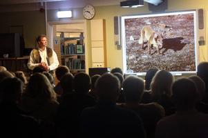 Det var fullsatt på biblioteket i Hede under måndagskvällen när Hedesonen Hans Mårtensson berättade om Svalbard.