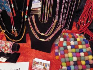 Kvinnliga hantverkare från Nepal har tillverkat smyckena.