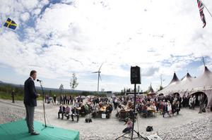 Hundratals kom för att se invigningen av Jädraås vindkraftpark. Här ser vi Peter Nygren, vd Arise Windpower som invigningstalar.