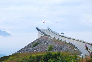 Vackra Norge med sina fjordar och vägar som slingrar sig fram. Här är det Atlantvägen som bara försvinner upp i molnen kan man tro när man ser denna bild som jag tog i somras.