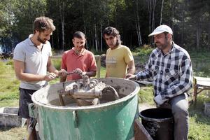Allan Stewart, Feras Saad Alah, Gandee Apzeed och Mautz Lebbad blandar till leran som används till husbygget.