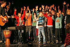 """""""Det finns nån av varje sort. Nån är lång och nån är kort"""", sjunger de yngsta eleverna vid Ås skolas vänskapsföreställning till förmån för Världens barn."""