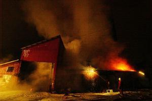 En av de övergivna fabrikerna i Nyhamn industriområde började brinna vid 20-tiden lördagskvällen.Brandröken spred sig över ett stort område, men ingen människa skadades vid branden.