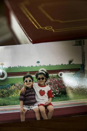 Daniel och storasyster Helya, ett några år innan familjen flydde Iran.