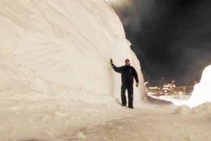 Hans Mårtensson vid en snövall när snöslungan åkt förbi.