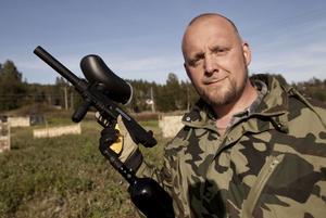 Hans Johansson ett välbekant ansikte för bilburna Härnösandsbor. Vid sidan om att han öppnat paintballbana jobbar han på bilprovningen i Härnösand.