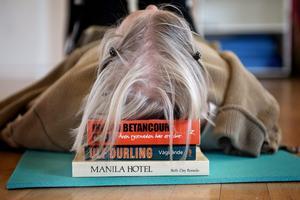 Den viktiga nacken. När nacken är fri blir andningen också fri. Eva Dahrén slappnar av och söker nå balans.