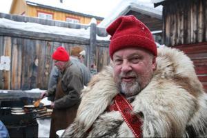 Forbondeprästen Bo Lundmark från Funäsdalen i väntan på en kolbulle inne på Rasmusgården i Röros. I bakgrunden en av kockarna, Tage Persson, även han en känd Funäsdalsbo.Foto: Jan-Eric Håkansson