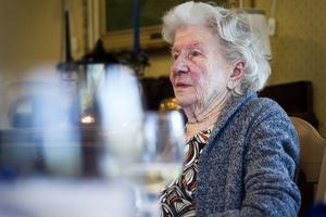 Alice Eriksson passade på att ta ett glas vitt vin till pizzan. - Bra att man kan få ta sig lite vin numera, tyckte hon.