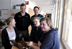 Både Ulf Moe och Ragnar Fredholm har lång erfarenhet av jakt och utbildning av elever. Ingen av dem skulle någonsin ge dispens på vapenlicens eller låta någon få godkänt på en jägarexamen utan att vara lämplig för det.