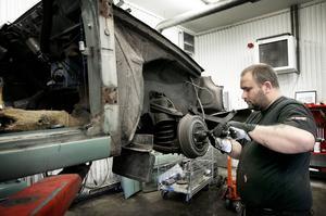 Vid miljöstationen arbetar Niclas Nylander och här är han i arbete med en Volvo Amazon.
