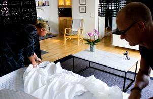 Soffan som blir säng om natten är en japansk variant, en futon.