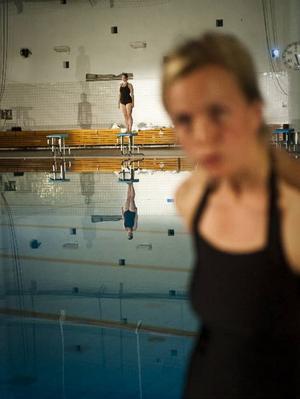 """Blöt teater. Föreställningen """"Happy Sally"""" med Cecilia Häll i huvudrollen spelas på ett badhus.Snälla Sally, komtill Fjärran Höjder"""