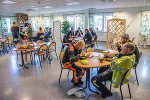 Stämningen var lågmäld i matsalen på Sikås Trä i går, men fackordförande Göran Eriksson noterar att skojet fortfarande finns.