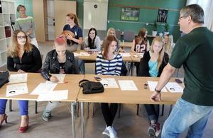 Eric Lindblom undervisar eleverna vid Hälsinglands naturbruksgymnasium i kärnämnen och naturbruk. Skolans ägare Karin Ånöstam och Sigrid Bergåkra, i bakgrunden, hälsar på.