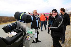 Michael Wallin bromsade in med sin motorcykel och träffade gänget i den rosa bussen vid gränsen mellan Sverige och Norge.