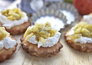 Portionspajer med rabarber- och äpplekompott avrundar måltiden i syrlig stil.   Foto: Dan Strandqvist