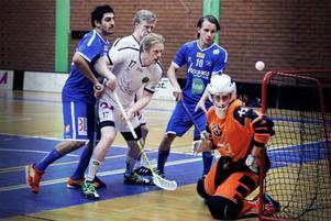 Niklas Karlström jobbar framför mål – och framåt har Frösön varit nog så bra som seriens bästa lag. 95 insläppta mål har varit ett betydligt större problem.