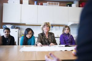 Rektor på S:t Olofsskolan tillsammans med elever berättar om skolans satsning på vegetarisk och egenlagad mat.