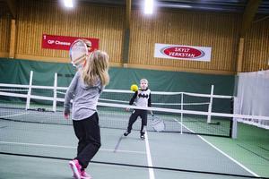 Tilde och Oscar Ludvigsson spelar tennis med en mjuk boll.
