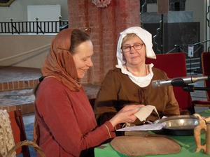 Marja-Leena Andersson och Ellinor Liljeqvist spelar två systrar som begrundar betydelsen av reliker.
