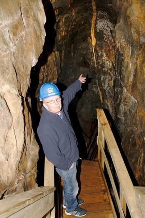 – Här kan man se en liten del av kalcitådern som innehöll kobolt, det är inte ens brytvärt, berättar gruvguiden och eldsjälen, Bosse Nilsson, som inledde arbetet med att göra gruvan till en besöksgruva 1987.