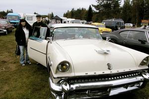 Barbara Kurzaj och Ove Gustafsson svängde in med sin bländande vackra Mercury Montclair av 1955 års modell vid den gamla skolan som numera är Bystuga.