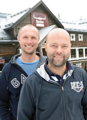 Sälenkrögarna Magnus Engström och Pelle Hoffman med Gustav Grill och Bar startar nu också Sälens Fjällbryggeri med eget öl i puben. Bryggare Hoffman närmast.