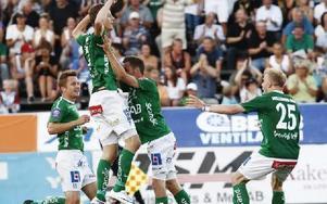 MÅLJUBEL. Johan Eklund hoppar högt av glädje och blir omfamnad av lagkompisarna efter att ha gjort 2–1.Foto: ANNIKA BJÖRNDOTTER