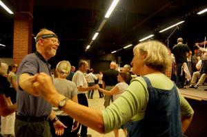 Får jag lov? Det var många som tog en sväng om på dansgolvet när Rättviks spelmanslag stod för musiken. Foto:Linnea Kallberg