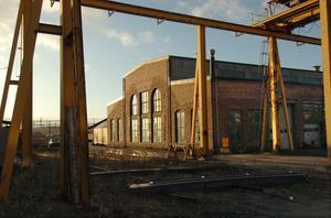 Bollnäs Arena AB vill bygga sin hall på SJ:s gamla verkstadsområde. Bilden visar den industribyggnad som från början var lokverkstad. Mark och byggnader ägs i dag av kommunen.