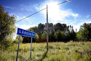 Omkring sju kilometer in på Gårdskärsvägen kommer man till byn.
