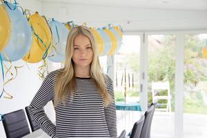 Uterummet är redan dekorerat med ballonger sedan storebror Emanuels 20-årsfest. På nationaldagen firar Alma Lindqvist och hennes tjejkompisar här.