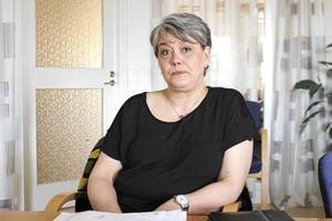 Åsa Bergkvist (S), ordförande för vård- och omsorgsnämnden i Ludvika kommun är glad för att kunna erbjuda vårdpersonal skor.